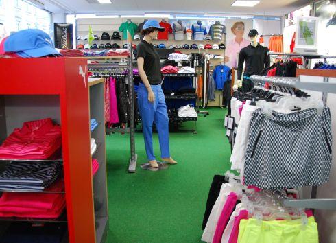 Golfoutletstores München - Foto im Ladengschäft: Golfkleidung
